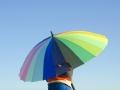傘をさす男の子